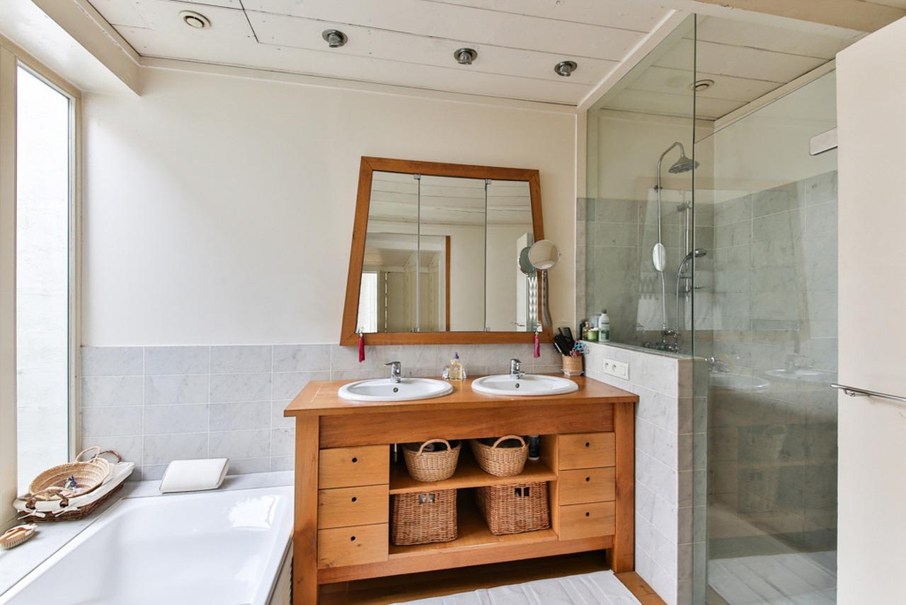 Odbicie w lustrze. Oświetlenie łazienkowe sufitowe, lustra na wymiar w Warszawie