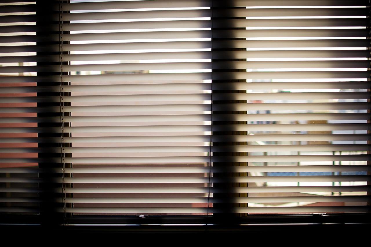 Piękne okna. Aranżacje wnętrz – rolety okienne rzymskie Poznań