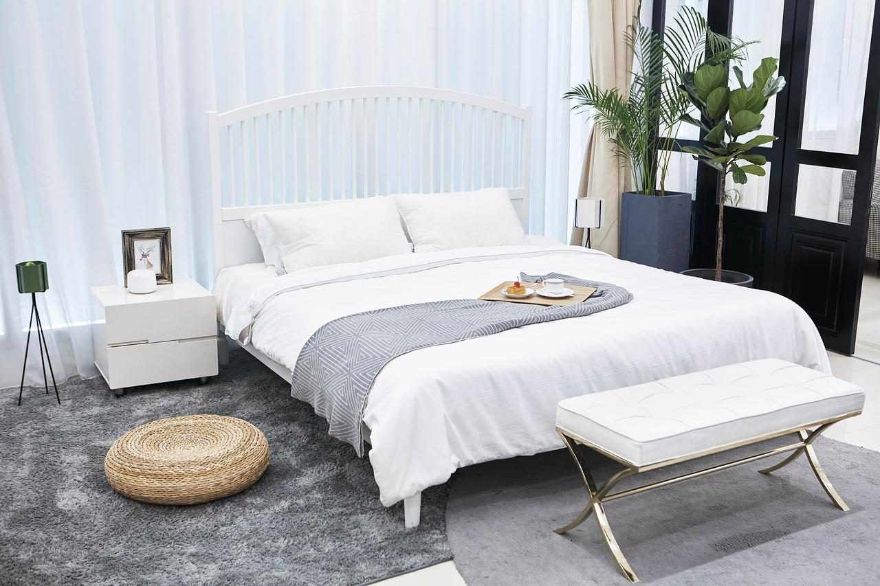 Sypialnia jak ze snu. Urządzenie sypialni, obrazy do sypialni, lampa sufitowa