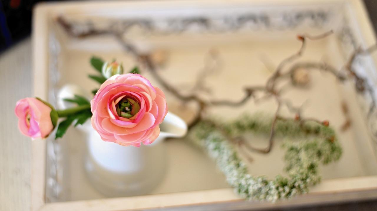 Dekoracje kwiatowe na stół w domu . Stół pełen kwiatów – dekoracje na stół ze sztucznych kwiatów