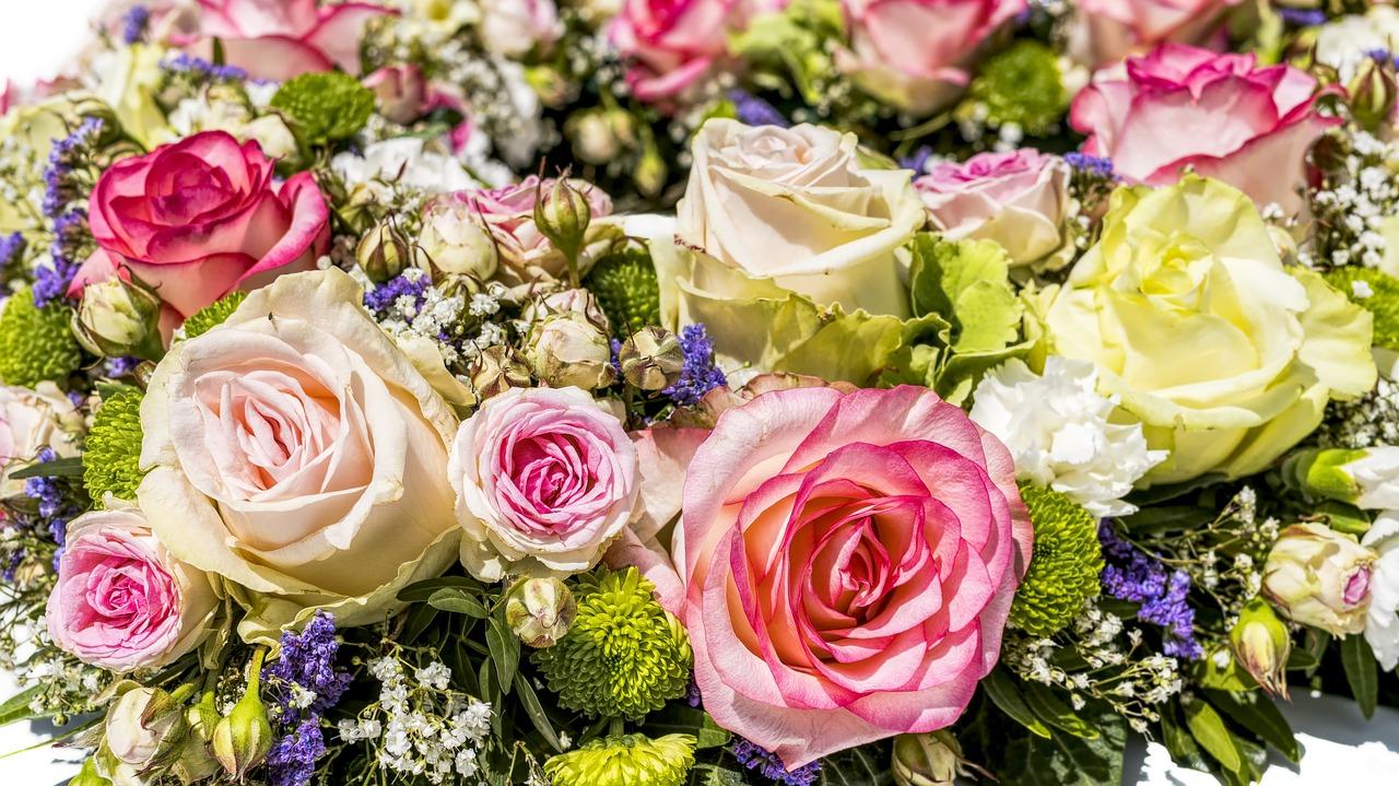 Dekoracje kwiatowe na stół komunijny. Komunia i wesele – jakie dekoracje – dekoracje kwiatowe na stół weselny