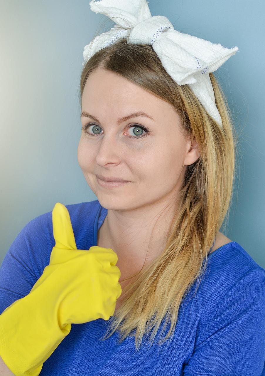 Personel sprzątający w firmie.