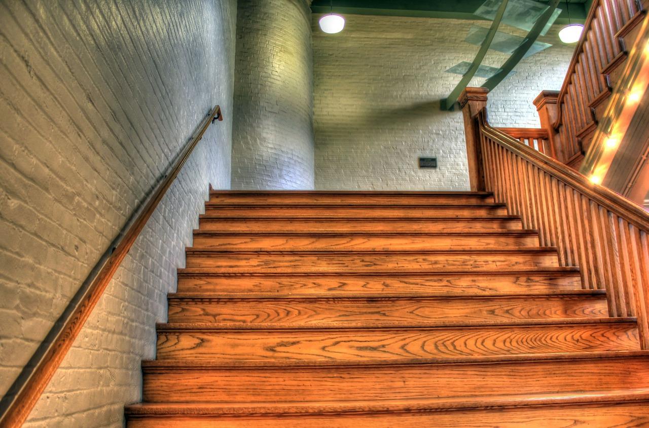 Obłożenie schodów drewnem czyli co położyć na schodach?